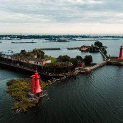 В шторм на Николаевский маяк и форт Кроншлот